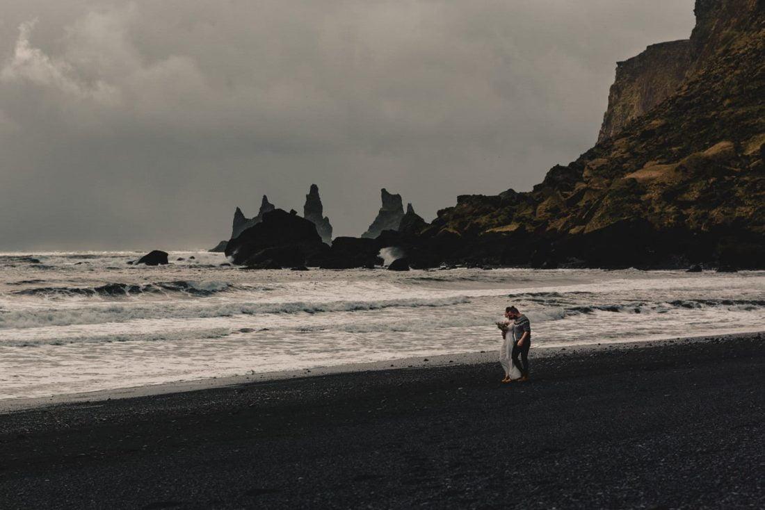 sesja slubna na czarnej plazy